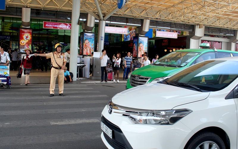 Taxi không có phù hiệu còn chèo kéo khách ở sân bay - ảnh 2