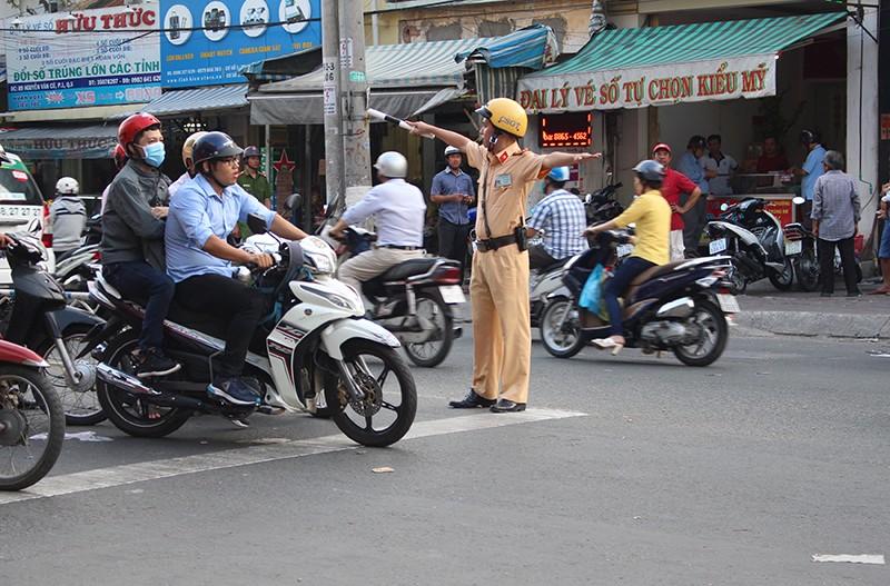 Giải tỏa ùn tắc chân cầu Nguyễn Văn Cừ như thế nào? - ảnh 7