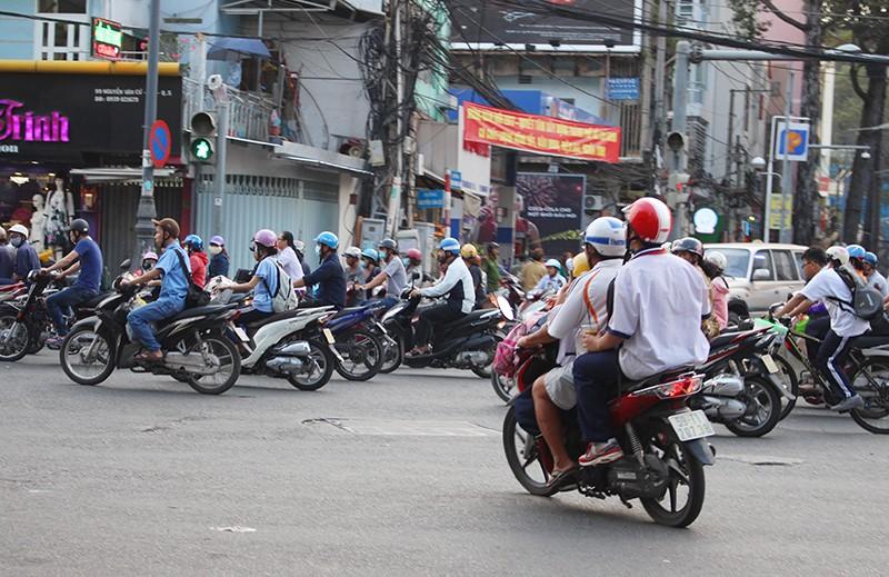 Giải tỏa ùn tắc chân cầu Nguyễn Văn Cừ như thế nào? - ảnh 2