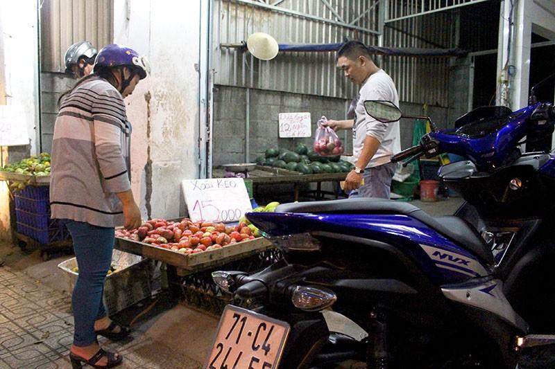 Phạt nóng hàng chục người đi chợ đậu xe dưới lòng đường - ảnh 5