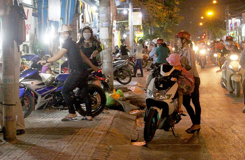 Phạt nóng hàng chục người đi chợ đậu xe dưới lòng đường - ảnh 1