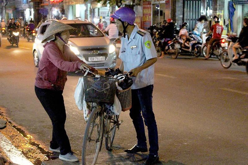 Phạt nóng hàng chục người đi chợ đậu xe dưới lòng đường - ảnh 2