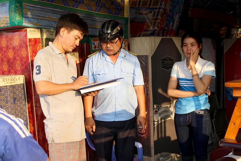 Quận Bình Tân  mạnh tay phạt vi phạm vỉa hè  - ảnh 2
