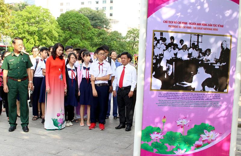 Triển lãm ảnh nhân kỷ niệm 127 năm ngày sinh Bác Hồ - ảnh 7