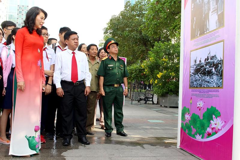 Triển lãm ảnh nhân kỷ niệm 127 năm ngày sinh Bác Hồ - ảnh 2