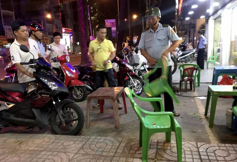 Vắng ông Hải, các phường ra quân dẹp vỉa hè trong đêm - ảnh 12