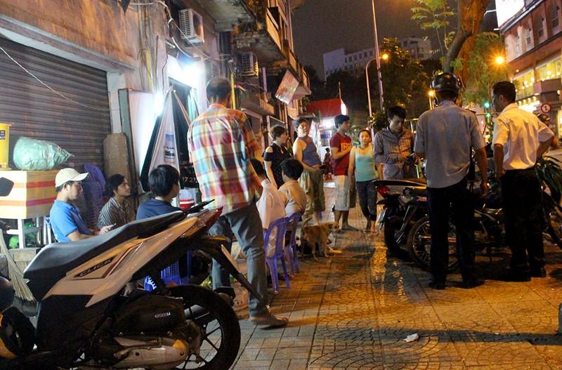 Vắng ông Hải, các phường ra quân dẹp vỉa hè trong đêm - ảnh 1