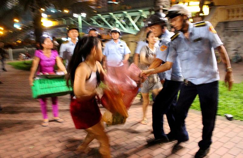 Vắng ông Hải, các phường ra quân dẹp vỉa hè trong đêm - ảnh 11