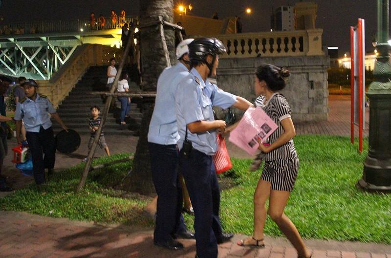 Vắng ông Hải, các phường ra quân dẹp vỉa hè trong đêm - ảnh 10