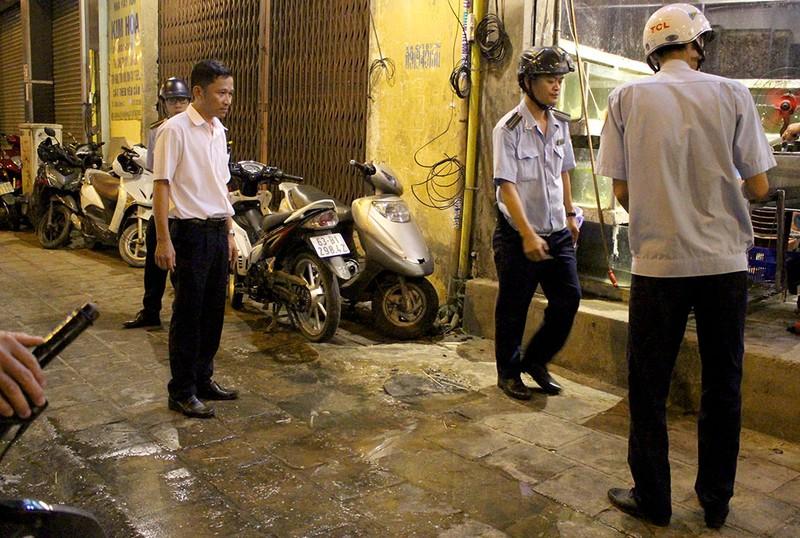 Vắng ông Hải, các phường ra quân dẹp vỉa hè trong đêm - ảnh 3
