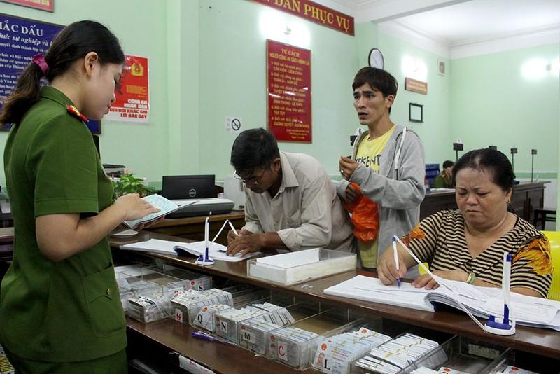 Thông tin vui cho người dân đi làm giấy xác nhận CMND - ảnh 1