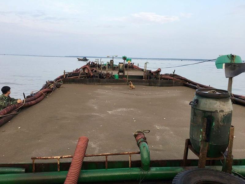 Bất chấp lệnh cấm biển, 4 tàu ngang nhiên hút cát lậu