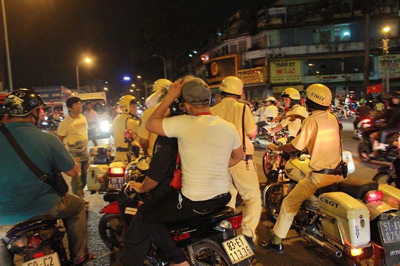 Cảnh sát TP.HCM xử lý nhiều thanh niên cổ vũ quá khích - ảnh 2