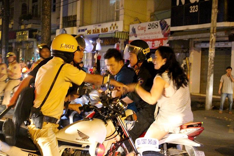 Cảnh sát TP.HCM xử lý nhiều thanh niên cổ vũ quá khích - ảnh 1