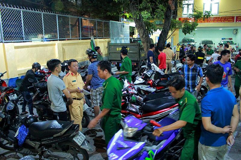 Cảnh sát TP.HCM xử lý nhiều thanh niên cổ vũ quá khích - ảnh 7