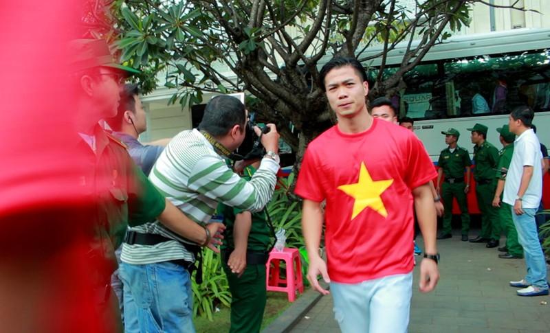 Cận mặt những 'soái ca' của U-23 Việt Nam ở phố đi bộ - ảnh 4