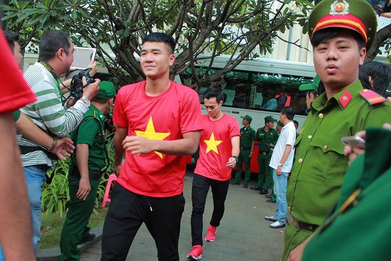 Cận mặt những 'soái ca' của U-23 Việt Nam ở phố đi bộ - ảnh 5
