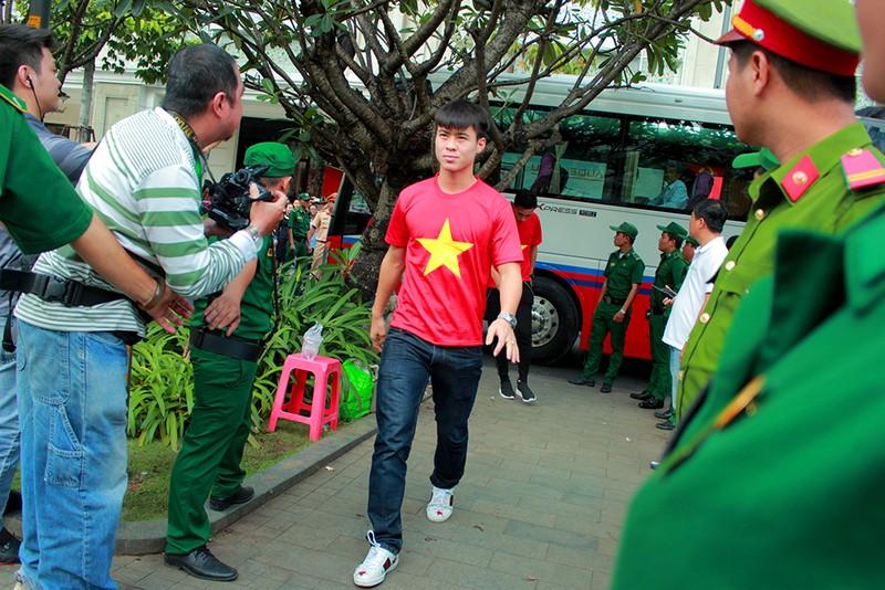 Cận mặt những 'soái ca' của U-23 Việt Nam ở phố đi bộ - ảnh 6