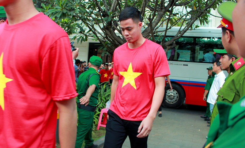 Cận mặt những 'soái ca' của U-23 Việt Nam ở phố đi bộ - ảnh 10