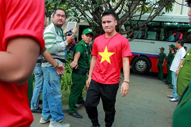 Cận mặt những 'soái ca' của U-23 Việt Nam ở phố đi bộ - ảnh 3