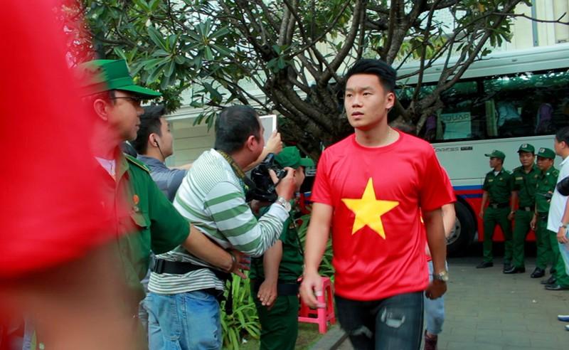 Cận mặt những 'soái ca' của U-23 Việt Nam ở phố đi bộ - ảnh 8