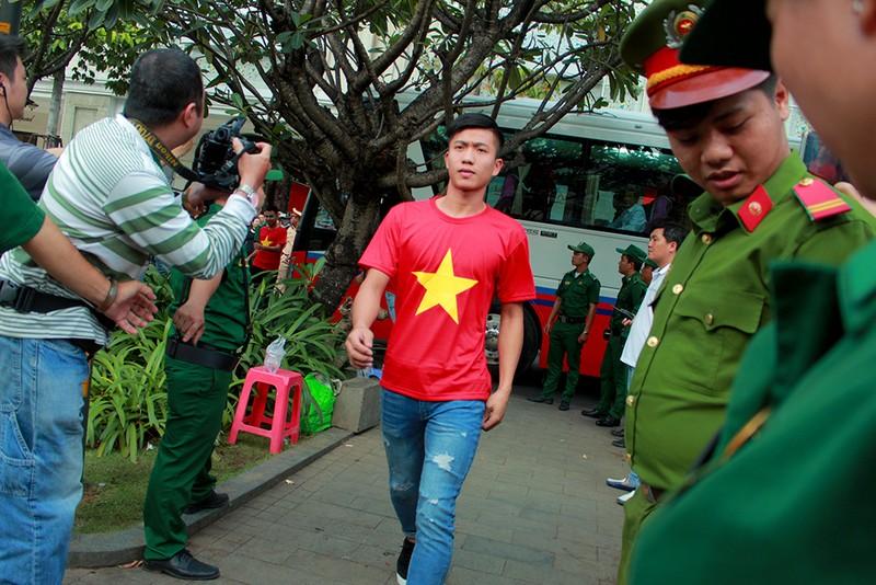 Cận mặt những 'soái ca' của U-23 Việt Nam ở phố đi bộ - ảnh 7