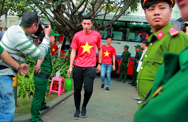 Cận mặt những 'soái ca' của U-23 Việt Nam ở phố đi bộ - ảnh 12