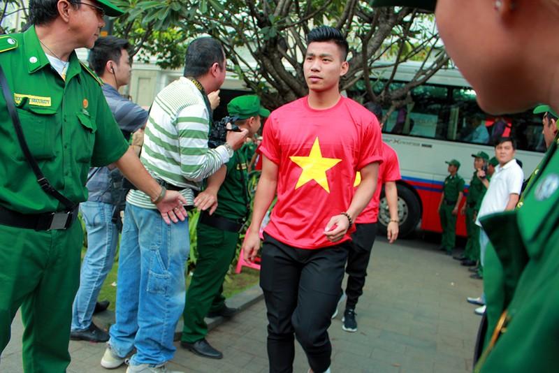 Cận mặt những 'soái ca' của U-23 Việt Nam ở phố đi bộ - ảnh 13