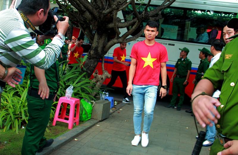 Cận mặt những 'soái ca' của U-23 Việt Nam ở phố đi bộ - ảnh 14