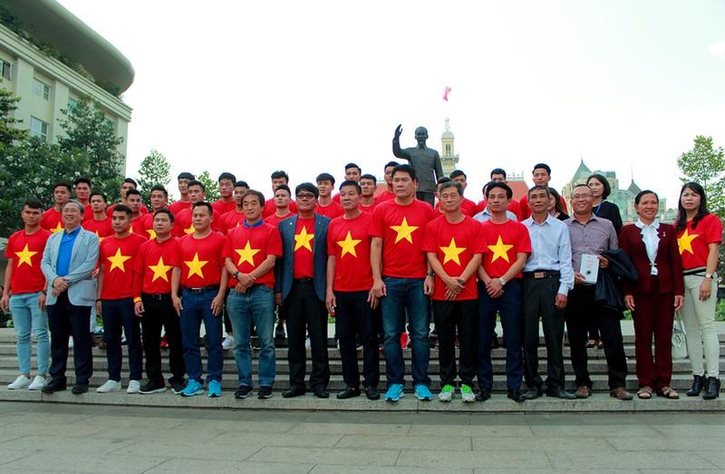 Cận mặt những 'soái ca' của U-23 Việt Nam ở phố đi bộ - ảnh 15