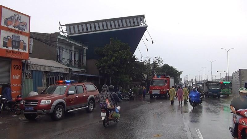 Quận Bình Tân kiểm tra, xử lý biển quảng cáo sau sự cố đổ sập - ảnh 1