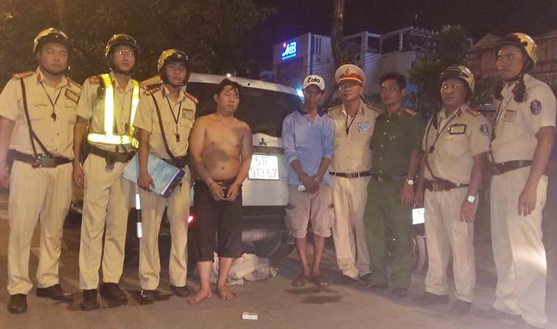 CSGT lục tung bãi cỏ bắt 2 anh em chở thuốc lậu - ảnh 1