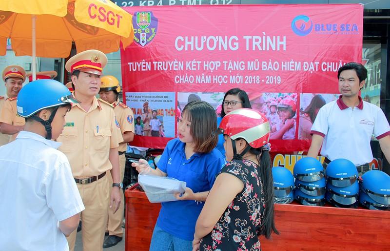 Người dân TP.HCM bất ngờ với món quà miễn phí ý nghĩa từ CSGT - ảnh 1