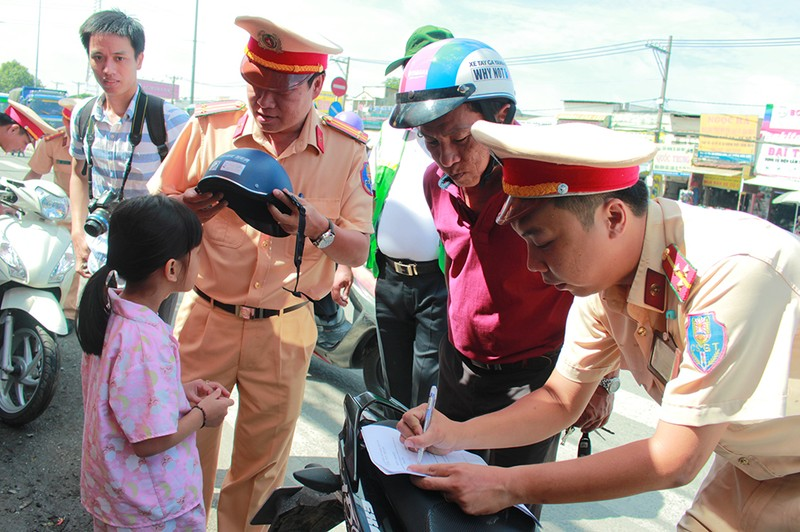 Người dân TP.HCM bất ngờ với món quà miễn phí ý nghĩa từ CSGT - ảnh 4