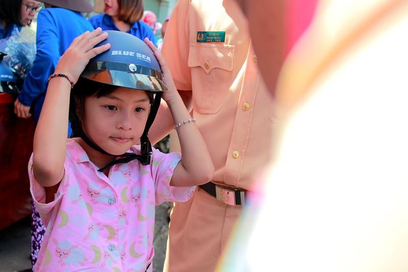 Người dân TP.HCM bất ngờ với món quà miễn phí ý nghĩa từ CSGT - ảnh 6