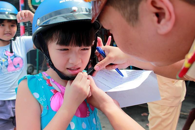 Người dân TP.HCM bất ngờ với món quà miễn phí ý nghĩa từ CSGT - ảnh 3
