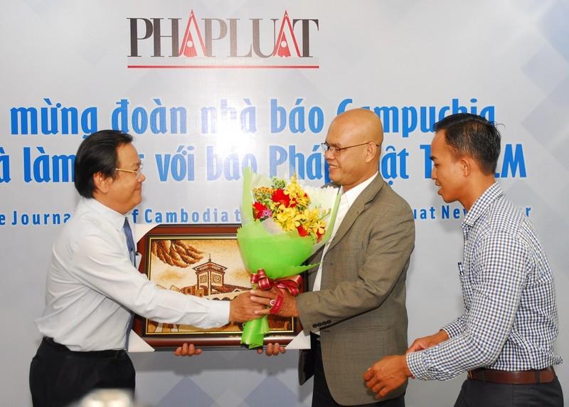 Đoàn báo chí Campuchia thăm, làm việc với báo Pháp Luật TP.HCM - ảnh 2