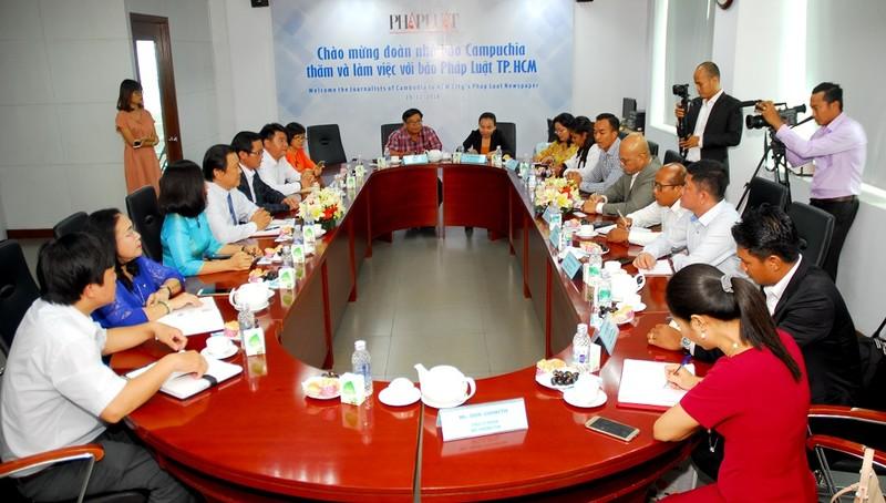 Đoàn báo chí Campuchia thăm, làm việc với báo Pháp Luật TP.HCM - ảnh 1