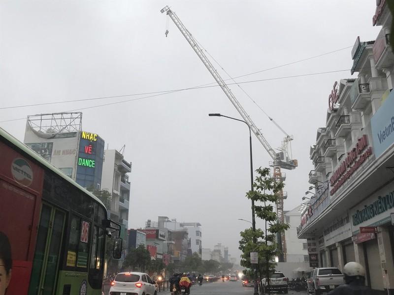 TP.HCM: Cần cẩu 20m vắt vẻo ngang đường giữa trời mưa lớn - ảnh 1