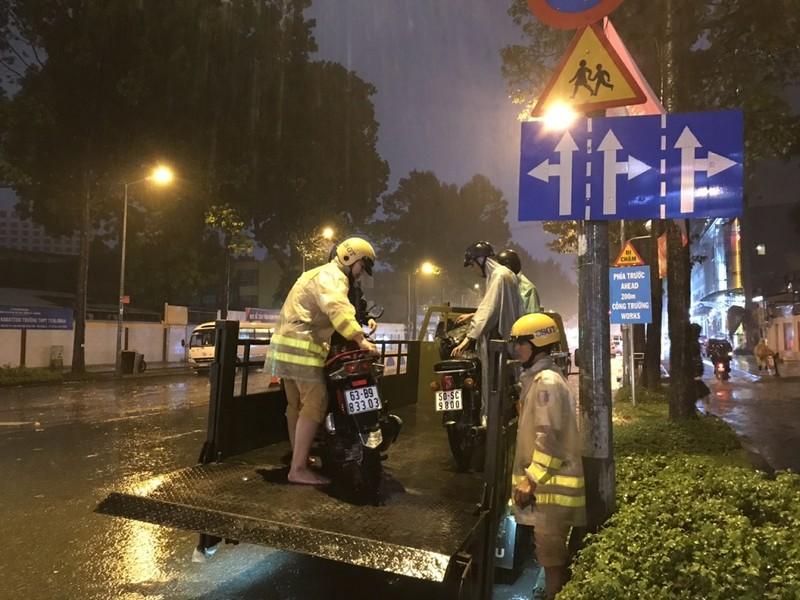 TP.HCM: CSGT rải quân toàn thành phố cứu nguy điểm ngập - ảnh 2