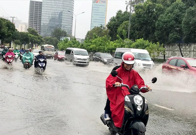 TP.HCM mưa khủng khiếp, kèm gió giật sau bão số 9 - ảnh 4