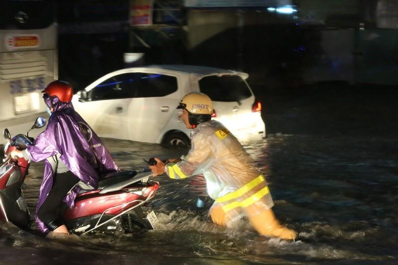CSGT TP.HCM bì bõm giúp dân thoát khỏi vùng ngập - ảnh 6