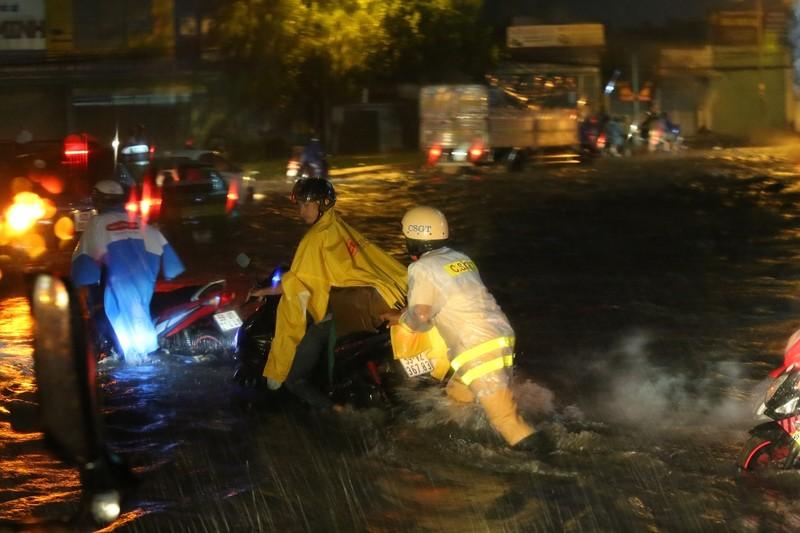 CSGT TP.HCM bì bõm giúp dân thoát khỏi vùng ngập - ảnh 5
