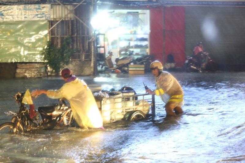 CSGT TP.HCM bì bõm giúp dân thoát khỏi vùng ngập - ảnh 4