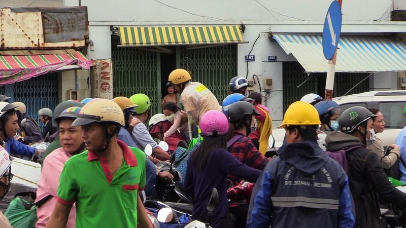 CSGT TP.HCM bì bõm giúp dân thoát khỏi vùng ngập - ảnh 2