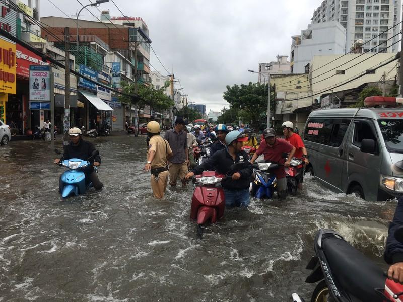 CSGT TP.HCM bì bõm giúp dân thoát khỏi vùng ngập - ảnh 3