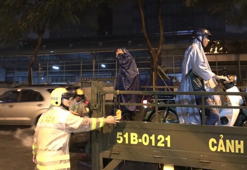 CSGT TP.HCM bì bõm giúp dân thoát khỏi vùng ngập - ảnh 8