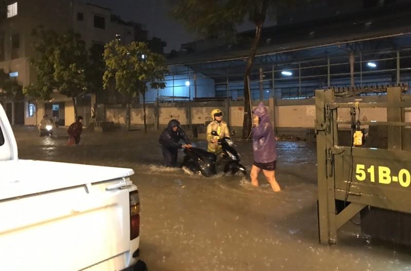 CSGT TP.HCM bì bõm giúp dân thoát khỏi vùng ngập - ảnh 7
