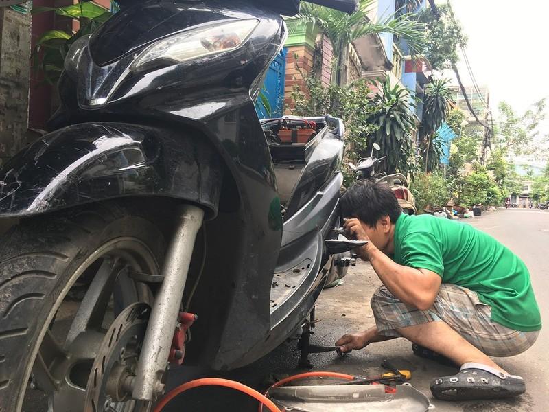 Dân TP.HCM ùn ùn đẩy xe đi sửa vì chết máy - ảnh 10