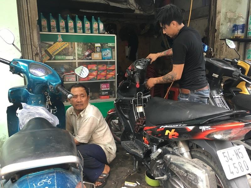 Dân TP.HCM ùn ùn đẩy xe đi sửa vì chết máy - ảnh 7